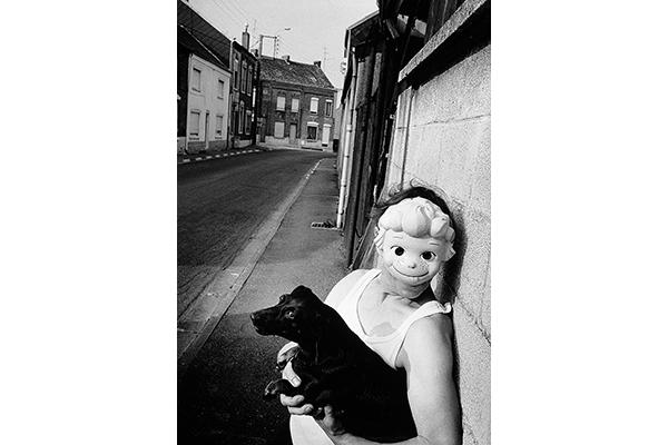 femme avec un masque tenant un teckel