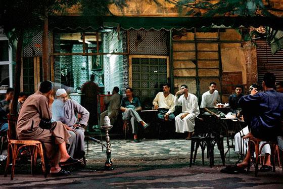 Affiche exposition Influences Egyptiennes photo de Denis Dailleux d'un café Egyptiens où des hommes assis en terrasse boivent le thé