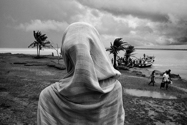 Photo de Swastik Pal d'une femme de dos en sari devant une étendue d'eau en Inde dans le cadre du festival Photographique Influences indiennes à Beaucouzé