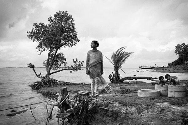 Photo de Swastik Pal d'une femme devant une étendue d'eau en Inde dans le cadre du festival Photographique Influences indiennes à Beaucouzé