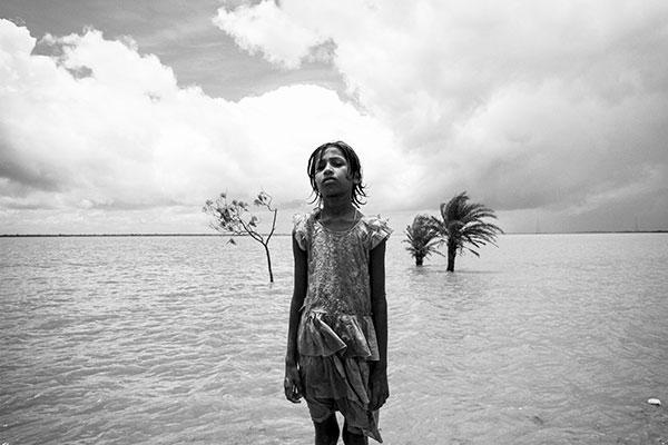 Photo de Swastik Pal d'une fillette fermant les yeux devant une étendue d'eau en Inde dans le cadre du festival Photographique Influences indiennes à Beaucouzé