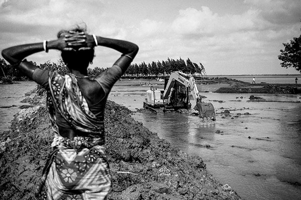 Photo de Swastik Pal d'un bulldozer creusant dans l'eau en Inde dans le cadre du festival Photographique Influences indiennes à Beaucouzé