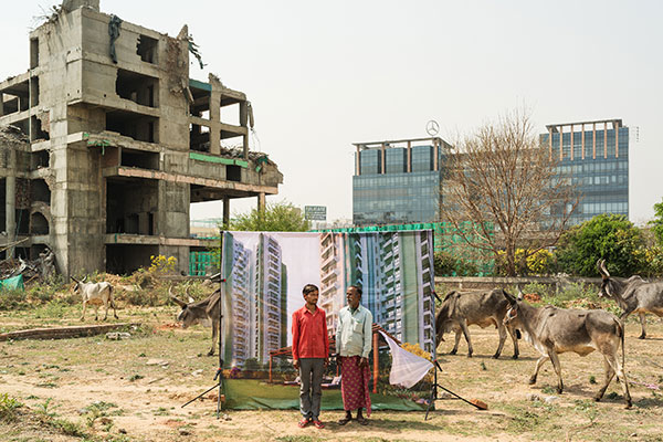 Photo d'Arthur Crestani de deux hommes devant un immeuble en Inde dans le cadre du festival Photographique Influences indiennes à Beaucouzé