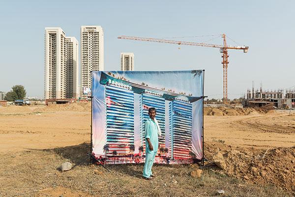 Photo d'Arthur Crestani d'un homme devant un immeuble en Inde dans le cadre du festival Photographique Influences indiennes à Beaucouzé