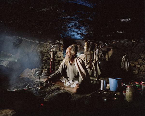 Photo de Nishant Shukla d'un ermite dans sa grotte assis en tailleur en Inde dans le cadre du festival Photographique Influences indiennes à Beaucouzé