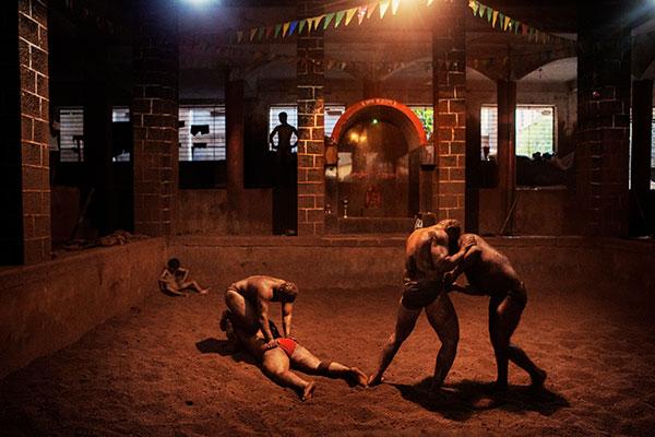 Photographie de Thomas Morel Fort de Lutteurs indiens entrain de s'entraîner dans le cadre du festival Photographique Influences indiennes à Beaucouzé