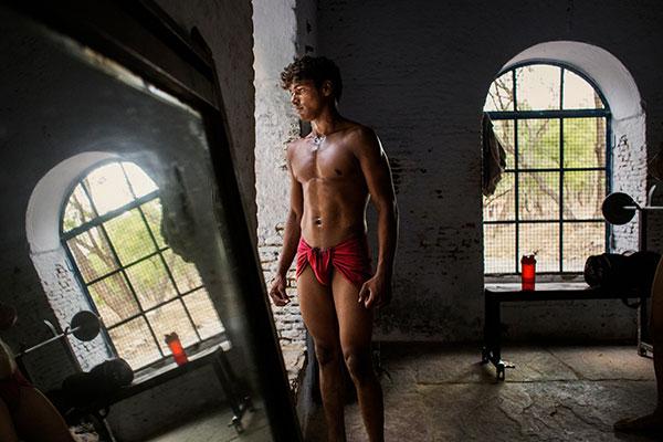 Photographie de Thomas Morel Fort d'un Lutteur indien devant une fenêtre dans le cadre du festival Photographique Influences indiennes à Beaucouzé