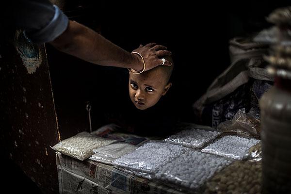 Photo de Tilby Vattard d'un femme carressant la tête d'un enfant en Inde dans le cadre du festival Photographique Influences indiennes à Beaucouzé