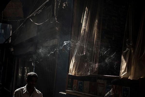 Photo de Tilby Vattard d'un homme marchant dans une rue en Inde dans le cadre du festival Photographique Influences indiennes à Beaucouzé
