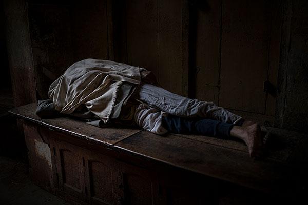 Photo de Tilby Vattard d'un homme dormant en Inde dans le cadre du festival Photographique Influences indiennes à Beaucouzé