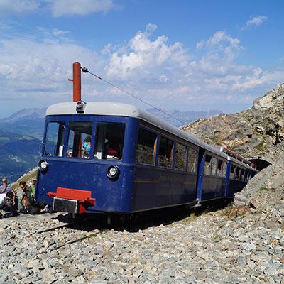 Ecole de Beaucouzé travail collectif Train bleu sortant d'un tunnel en montagne