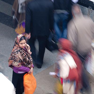 Photographie de Mélanie Dormier d'une femme indienne avec un Sari arrêtée dans la rue au milieu d'un foule