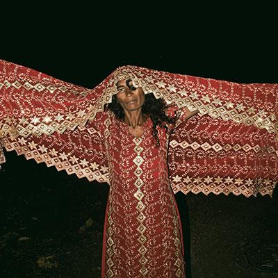 Photographie Soham-Gupta portrait en Inde de pauvres dans la rue femme tenant son sari