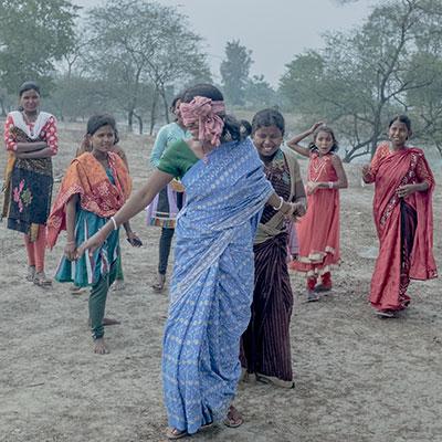 Jeunes indienness jouant à colin-maillard série Pik Nik du photographe Arko Datto
