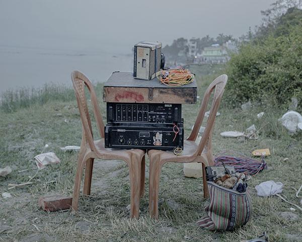 Table et chaises avec sono posée dessus dans un champ série Pik Nik du photographe Arko Datto