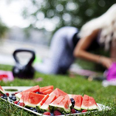 plat de pastèque découpée posé dans l'herbe pendant une journée conviviale à Beaucouzé pendant un picnic pendant le festival influences indiennes