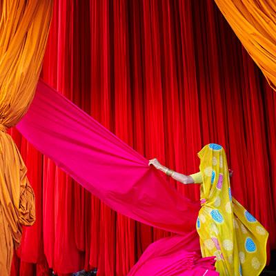 Photo de Tuul et Bruno Morandi Femme dans une fabrique de tissus pour Sari dans le cadre du festival Photographique Influences indiennes à Beaucouzé