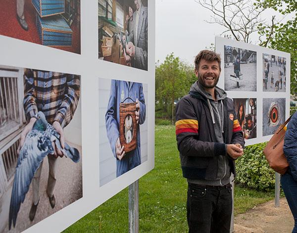 Frederik Buyckx présentant son exposition pendant le Festival Influences Belges en 2016