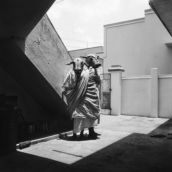 Photographie Yannick Cormier série Theatre Land acteur avec masque dans une rue indienne
